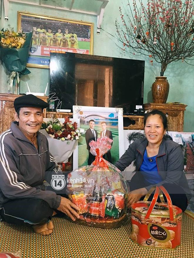 Hình ảnh Anh em Tiến Dũng U23 về nhà ăn Tết, mua tivi mới cho gia đình vì muốn chúng con đá ở đâu, bố mẹ cũng có thể nhìn thấy số 8
