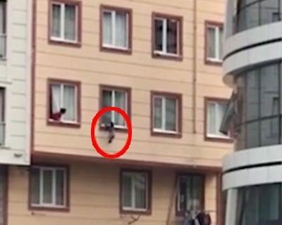 Hình ảnh Clip: Phút nghẹt thở cứu sống em bé 2 tuổi rơi từ cửa sổ tầng 3 số 1