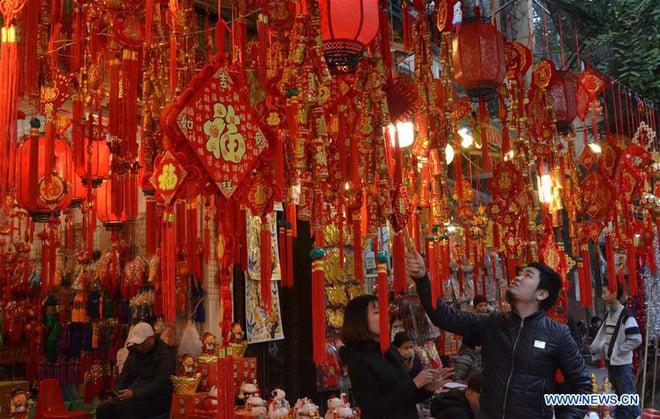 Hình ảnh không khí Tết rộn ràng khắp phố phường Hà Nội tràn ngập các trang báo Trung Quốc - Ảnh 2.