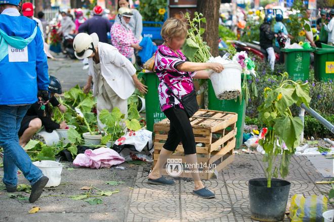 Ai cũng mong Tết, nhưng rồi cảnh người bán đập chậu, người mua ép giá rồi lao vào 'hôi hoa' ngày 30 Tết vẫn tái diễn 6