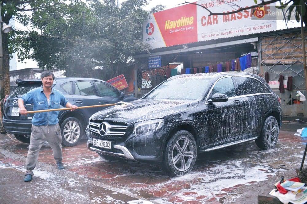 Ngày 30 Tết, dịch vụ rửa xe đắt như tôm tươi, 200.000 đồng/lần rửa xe ô tô khách vẫn phải xếp hàng chờ hàng giờ 1