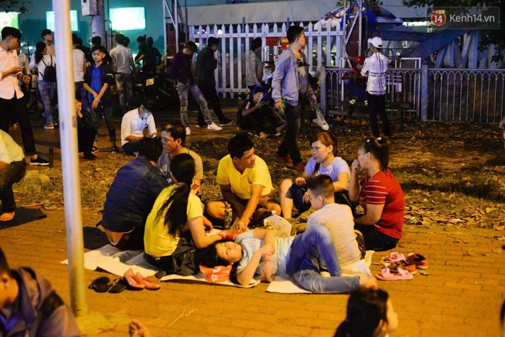 Chùm ảnh: Người lớn trẻ nhỏ trải bạt nằm la liệt bên bến Bạch Đằng chờ xem pháo hoa giao thừa năm mới Mậu Tuất 2018 6