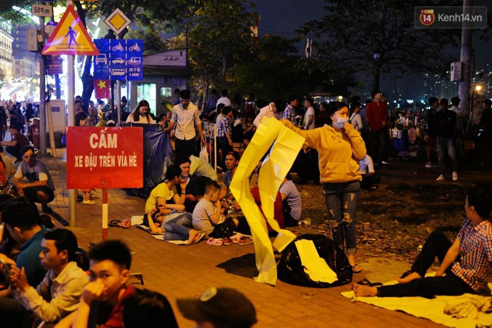 Chùm ảnh: Người lớn trẻ nhỏ trải bạt nằm la liệt bên bến Bạch Đằng chờ xem pháo hoa giao thừa năm mới Mậu Tuất 2018 9
