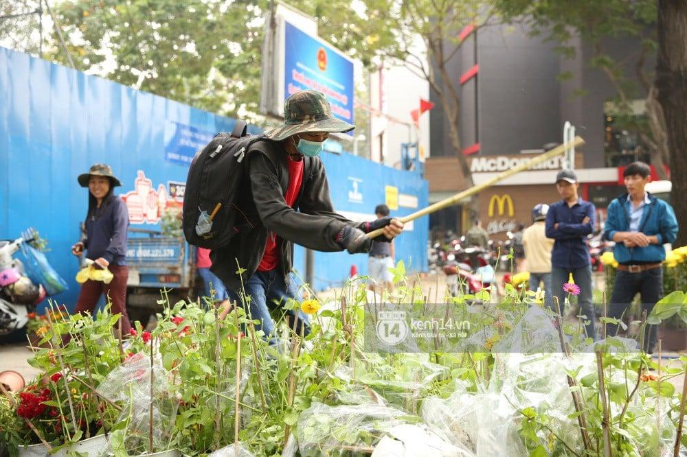 Clip: Không bán hết hàng trưa 30 Tết, nhiều tiểu thương tự tay đập nát chậu hoa, vứt vào thùng rác 7
