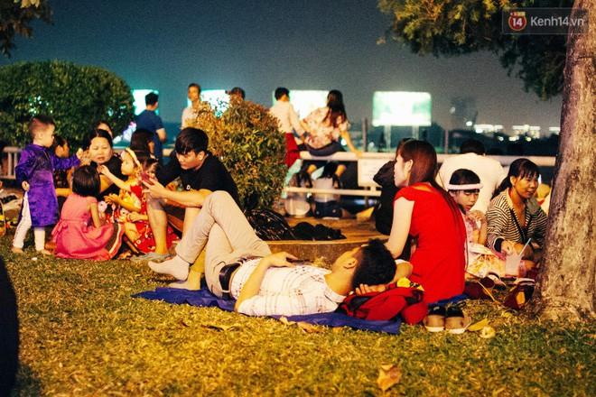 Chùm ảnh: Người lớn trẻ nhỏ trải bạt nằm la liệt bên bến Bạch Đằng chờ xem pháo hoa giao thừa năm mới Mậu Tuất 2018 13