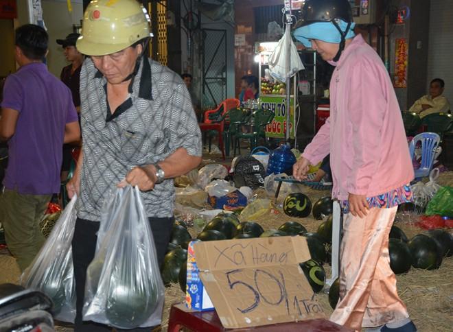 Dưa hấu xả hàng, người dân nườm nượp đi mua trong đêm cuối năm - Ảnh 9.