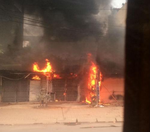 Hà Nội: Cháy xưởng sửa chữa lốp ô tô khiến nhiều người hoảng hốt 1