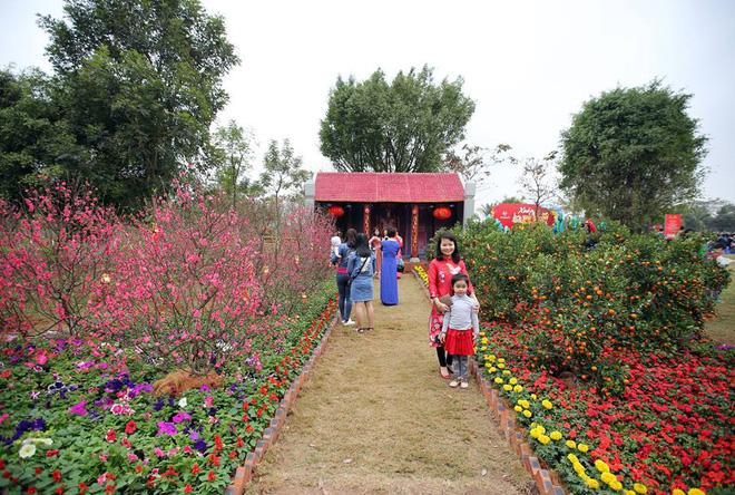 Thích thú với cảnh đi cà kheo tại lễ hội xuân 3 miền ở Hà Nội 1