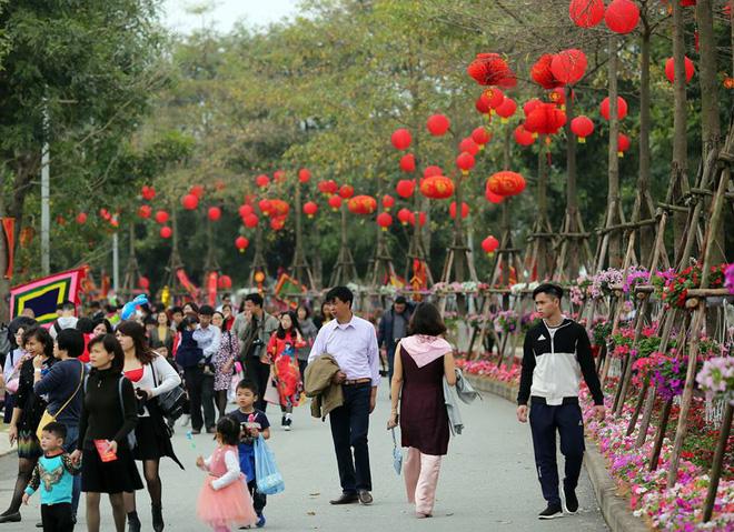 Thích thú với cảnh đi cà kheo tại lễ hội xuân 3 miền ở Hà Nội 5