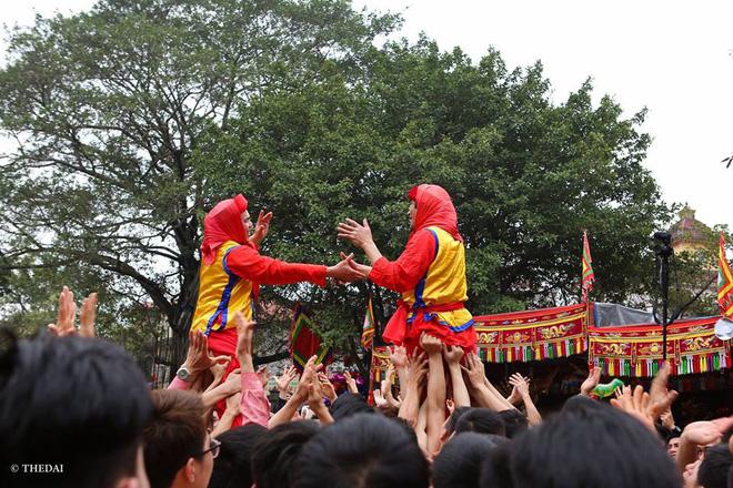 Pháo dài 6m được rước suốt 2 tiếng tại lễ hội Đồng 13