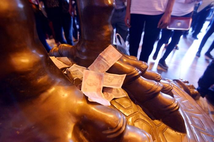 Hình ảnh người dân chen chúc nhét tiền, xoa tượng phật tại chùa Bái Đính 3