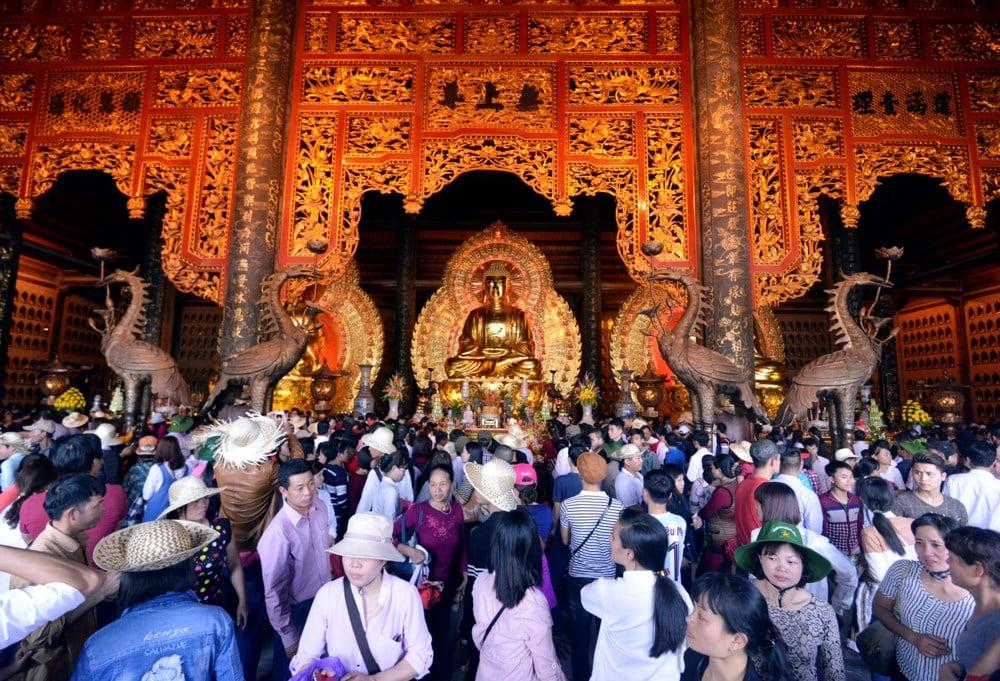 Hình ảnh người dân chen chúc nhét tiền, xoa tượng phật tại chùa Bái Đính 10