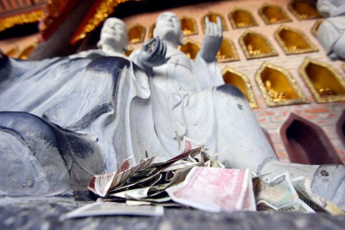 Hình ảnh người dân chen chúc nhét tiền, xoa tượng phật tại chùa Bái Đính 2
