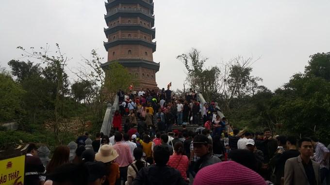 Hình ảnh người dân chen chúc nhét tiền, xoa tượng phật tại chùa Bái Đính 9