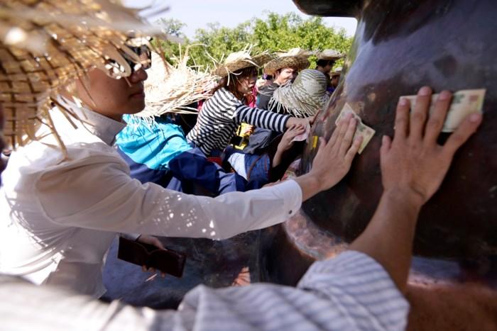 Hình ảnh người dân chen chúc nhét tiền, xoa tượng phật tại chùa Bái Đính 6