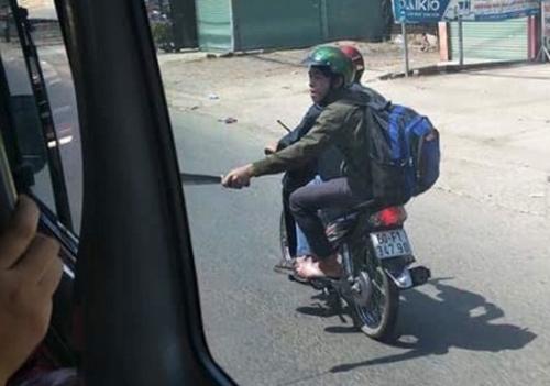 Hình ảnh Hai thanh niên tay cầm mã tấu đuổi chém xe khách trên quốc lộ 1 số 1