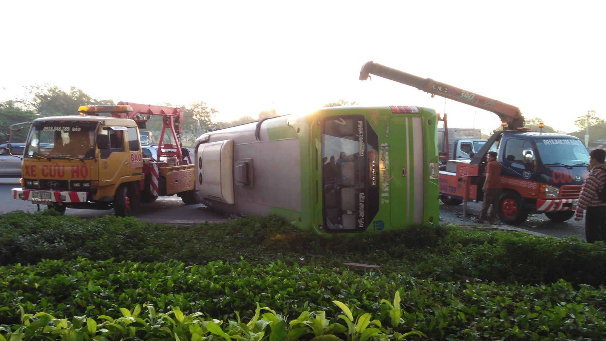 Phá cửa giải cứu gần 10 hành khách la hét thất thanh trong xe khách bị lật ở Sài Gòn 1