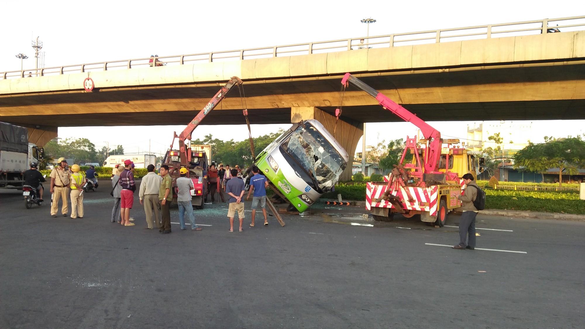 Phá cửa giải cứu gần 10 hành khách la hét thất thanh trong xe khách bị lật ở Sài Gòn 3