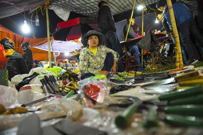 Biển người xuyên đêm đến chợ Viềng 'mua may bán rủi' dịp đầu năm 10