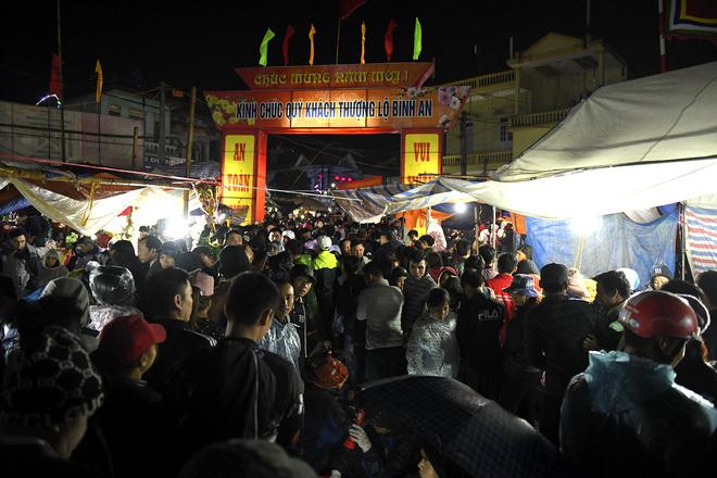 Biển người xuyên đêm đến chợ Viềng 'mua may bán rủi' dịp đầu năm 2