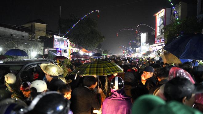 Biển người xuyên đêm đến chợ Viềng 'mua may bán rủi' dịp đầu năm 1