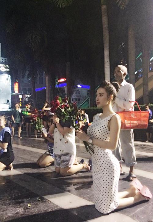 Hình ảnh Sao Việt son phấn lòe loẹt, ăn mặc hở hang đi lễ chùa bị dân mạng chỉ trích số 1