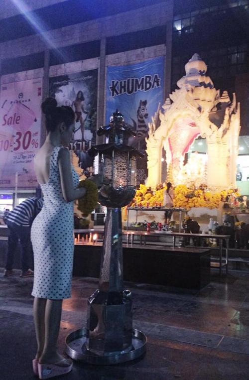 Sao Việt son phấn lòe loẹt, ăn mặc hở hang đi lễ chùa bị dân mạng chỉ trích 2