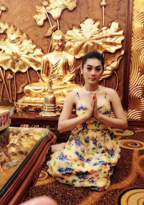 Sao Việt son phấn lòe loẹt, ăn mặc hở hang đi lễ chùa bị dân mạng chỉ trích 3
