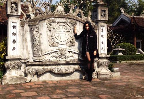 Hình ảnh Sao Việt son phấn lòe loẹt, ăn mặc hở hang đi lễ chùa bị dân mạng chỉ trích số 7