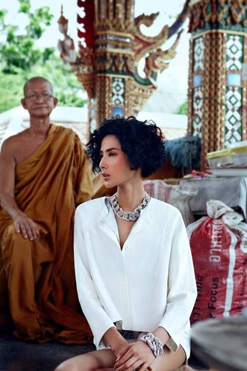 Sao Việt son phấn lòe loẹt, ăn mặc hở hang đi lễ chùa bị dân mạng chỉ trích 8