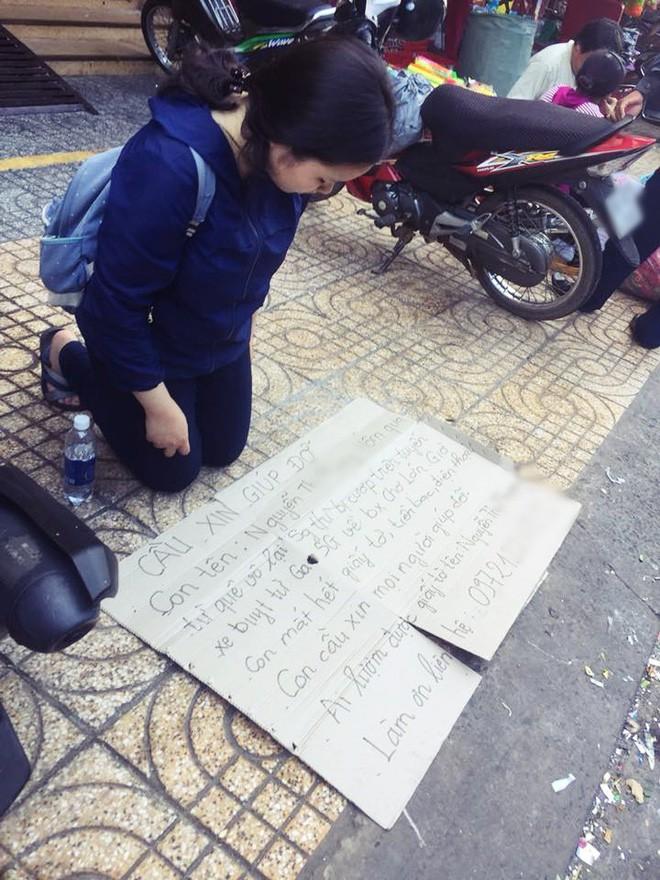 Xôn xao hình ảnh nữ sinh viên quỳ gối bên đường xin lại giấy tờ sau khi bị mất ví trên xe buýt ở Sài Gòn 1