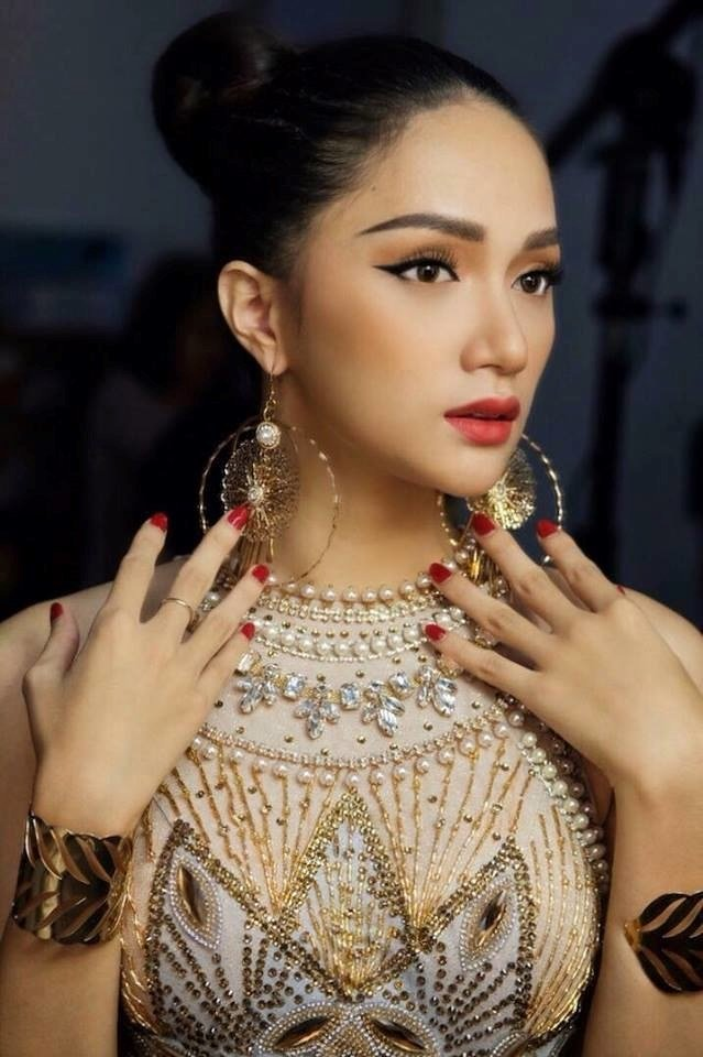 Bất ngờ trước màn thử trang phục dân tộc nặng 55kg của Hương Giang Idol mang đi thi Hoa hậu Chuyển giới 2