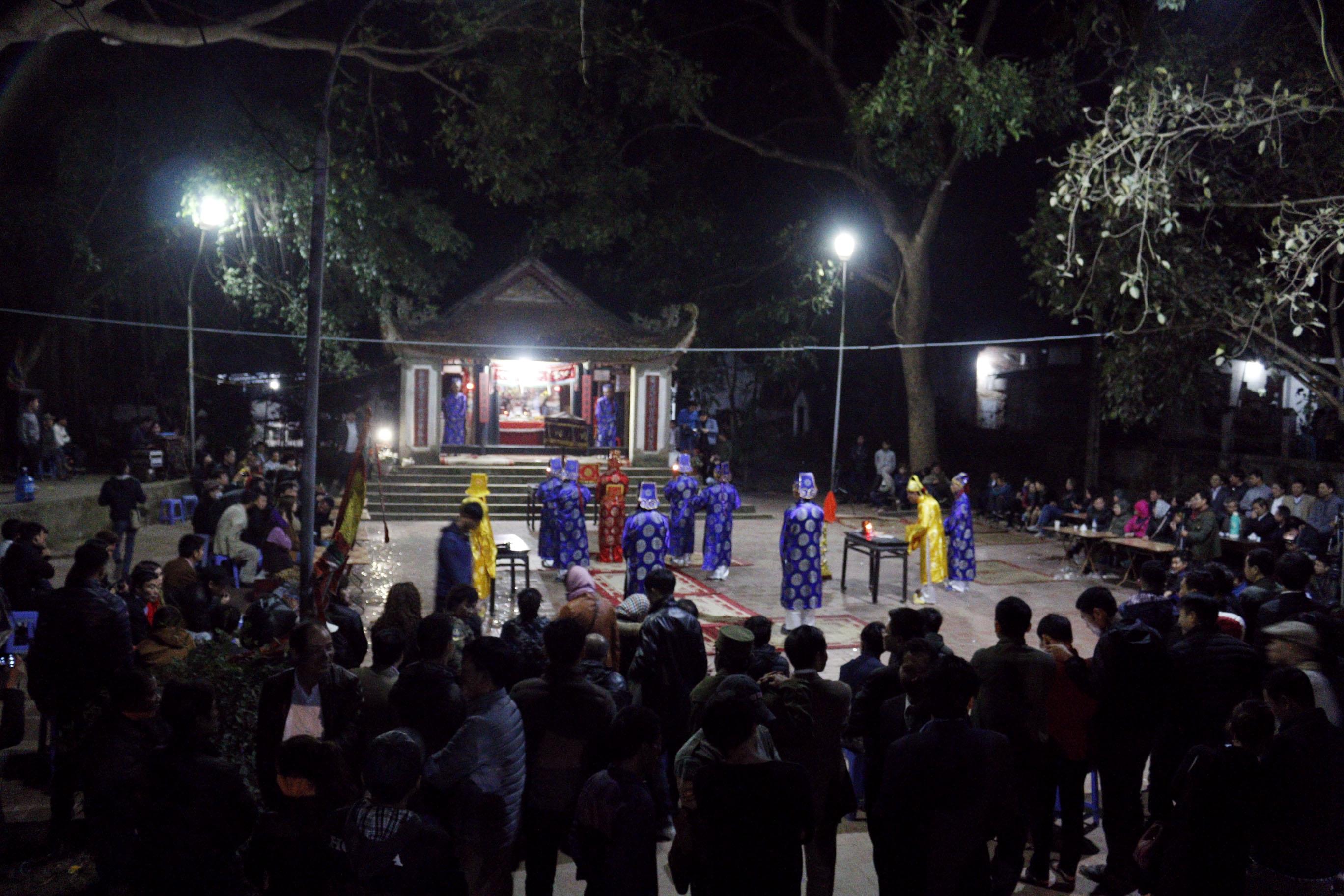 Hình ảnh Người dân vây kín miếu xem cặp vợ chồng làm chuyện ấy lúc nửa đêm tại lễ hội linh tinh tình phộc số 1