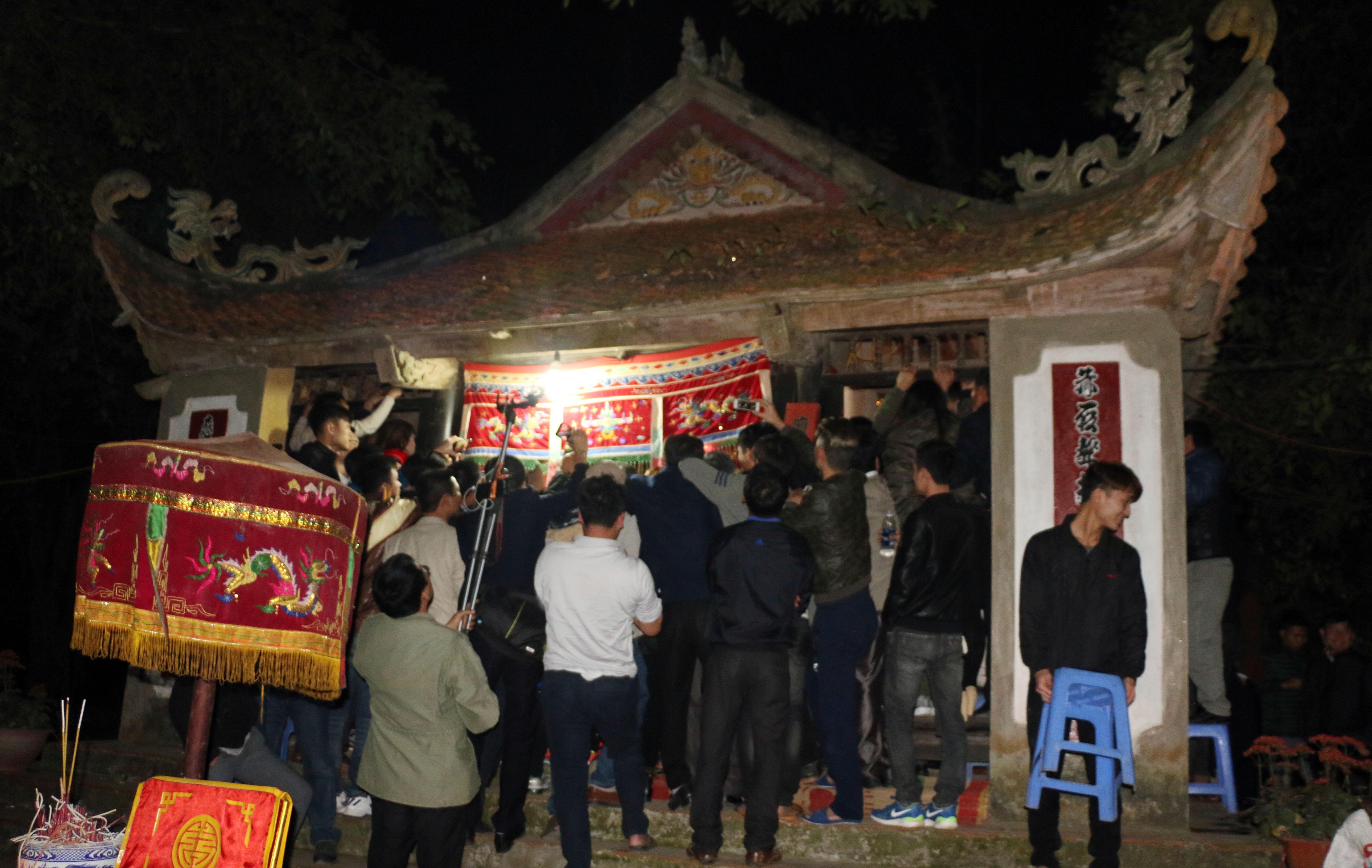 Hình ảnh Người dân vây kín miếu xem cặp vợ chồng làm chuyện ấy lúc nửa đêm tại lễ hội linh tinh tình phộc số 2