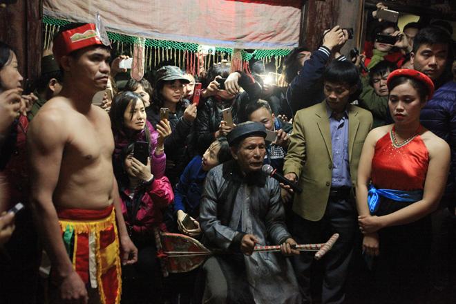 Hình ảnh Người dân vây kín miếu xem cặp vợ chồng làm chuyện ấy lúc nửa đêm tại lễ hội linh tinh tình phộc số 5
