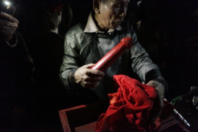 Hình ảnh Người dân vây kín miếu xem cặp vợ chồng làm chuyện ấy lúc nửa đêm tại lễ hội linh tinh tình phộc số 6