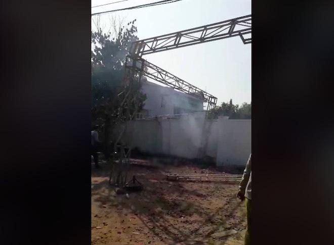 Giàn giáo va vào đường điện cao thế khiến 4 người bị điện giật, 1 người tử vong 1