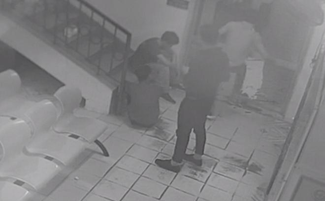 Nhóm thanh niên đuổi đánh bác sĩ sau khi nhận thông báo bạn tử vong 1