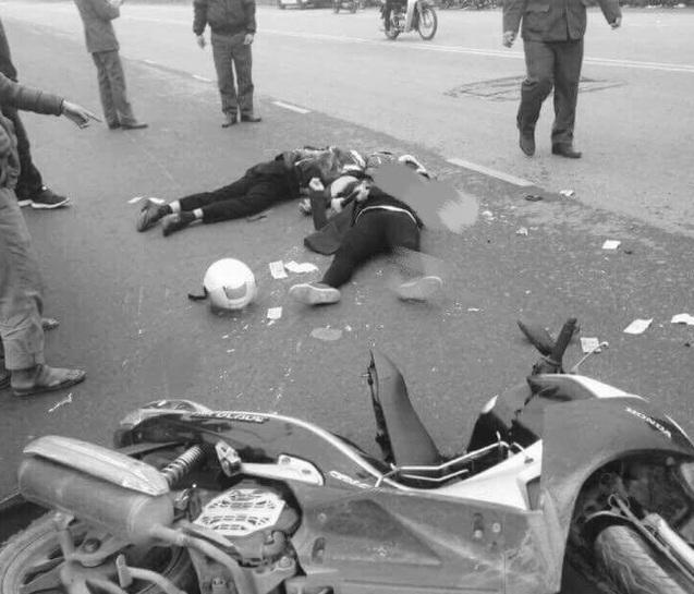 Hà Nội: Xe máy đối đầu container, 1 người tử vong 1