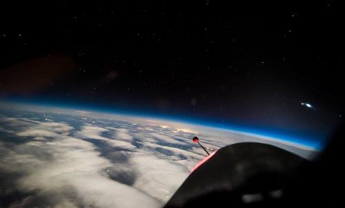 Ngỡ ngàng hình ảnh Trái Đất được chụp từ rìa vũ trụ 2