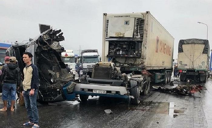 Xe container 'rơi đầu' sau cú va chạm kinh hoàng với xe tải ở NGhệ An 1