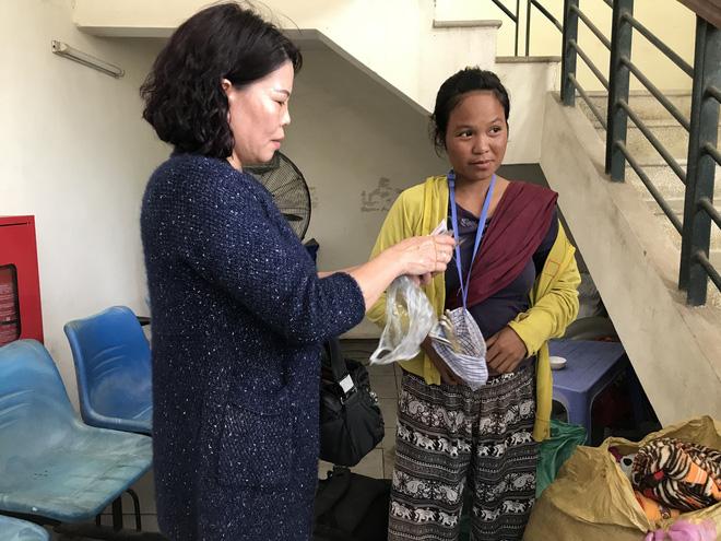 Người mẹ trẻ nói sinh 8 đứa con, mang 4 đứa nheo nhóc từ Quảng Trị đến Hà Nội xin quần áo 1