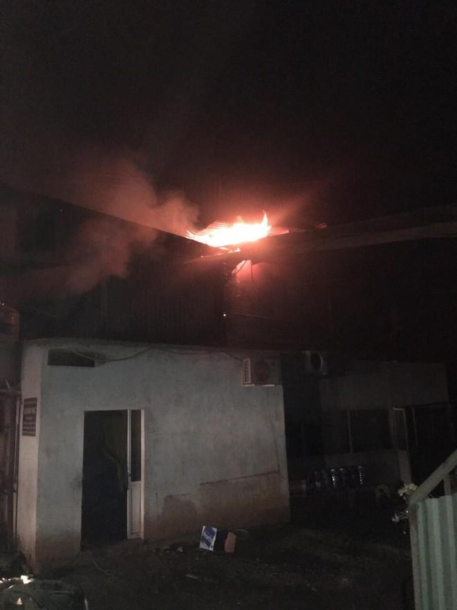 Lửa thiêu rụi 3 công ty trong đêm, một người leo lên mái nhà chữa cháy bị thương nặng 3