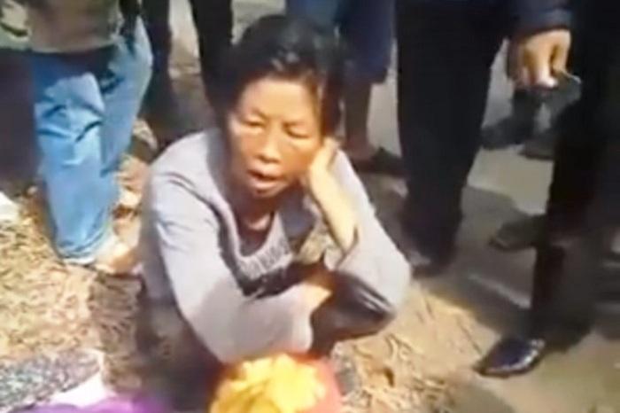 Thực hư người phụ nữ nước ngoài bị dân vây vì nghi dùng thuật thôi miên 1