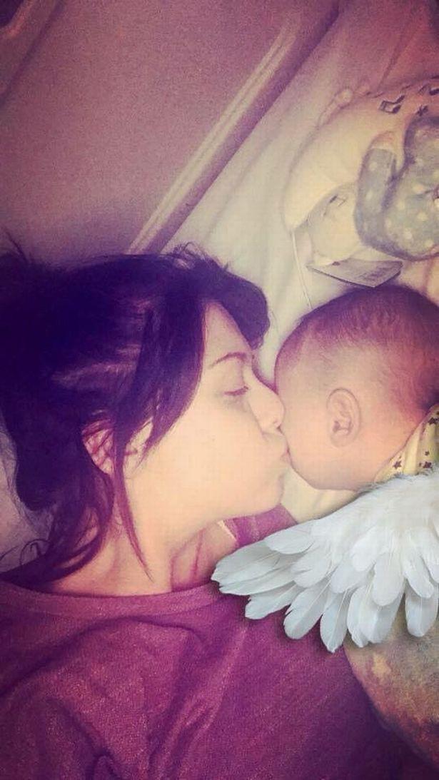 Đứa bé vừa ra đời khóc vài giây đã ngừng thở, bố mẹ sững sờ nhìn con mềm nhũn, phải vào phòng chăm sóc đặc biệt 2