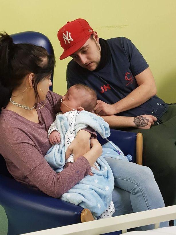 Đứa bé vừa ra đời khóc vài giây đã ngừng thở, bố mẹ sững sờ nhìn con mềm nhũn, phải vào phòng chăm sóc đặc biệt 11