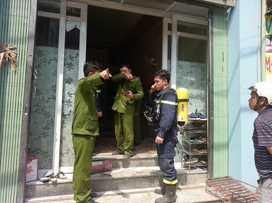 Nổ bình gas kinh hoàng từ ngôi nhà 3 tầng, chủ nhà nằm bất động, toàn thân bỏng nặng 1