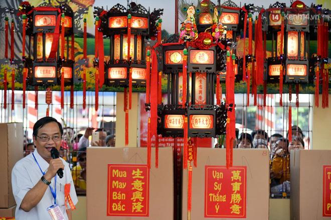 Chiếc lồng đèn trong lễ hội chùa Bà Thiên Hậu Bình Dương được đấu giá 2,5 tỷ đồng 7