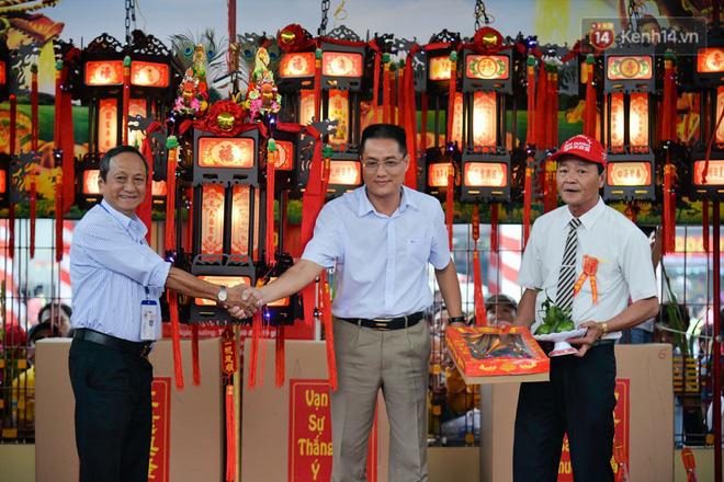 Chiếc lồng đèn trong lễ hội chùa Bà Thiên Hậu Bình Dương được đấu giá 2,5 tỷ đồng 6