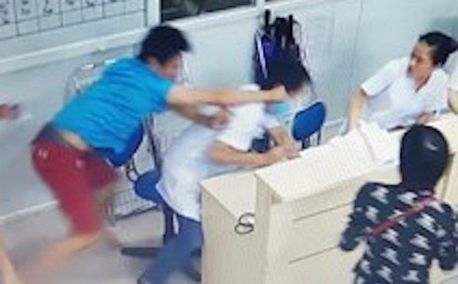 Bệnh nhân đánh cán bộ y tế đang mang thai vì phải đi lòng vòng làm thủ tục 1